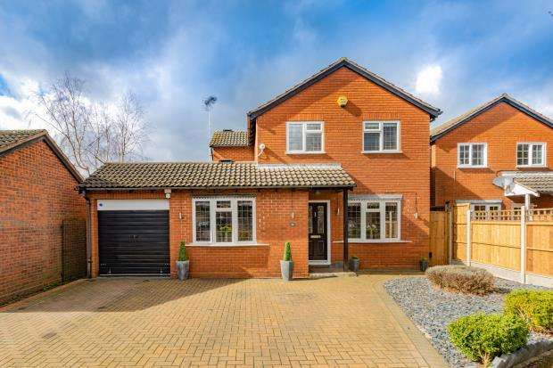4 Bedrooms Detached House for sale in Morval Close, Farnborough, Hampshire
