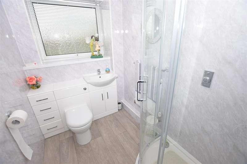 2 Bedrooms Flat for sale in Old Castle Walk, Gillingham