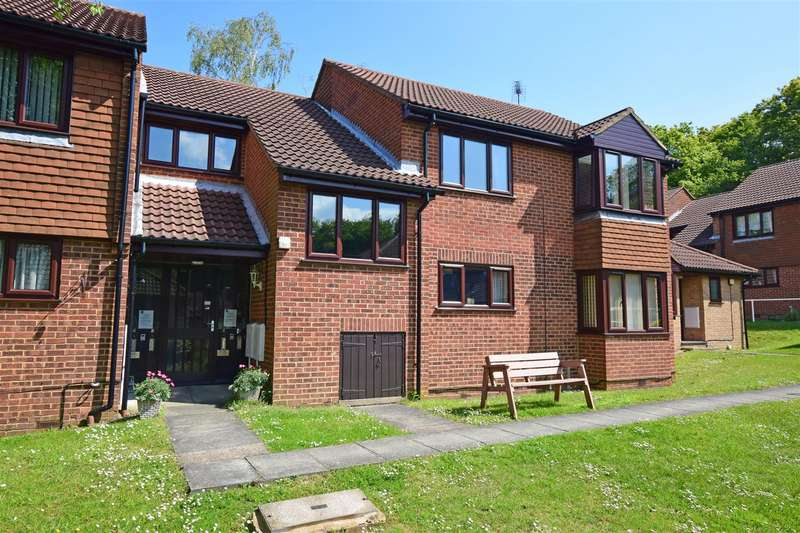 2 Bedrooms Flat for sale in Coppice Court, Kingsdown Close, Hempstead