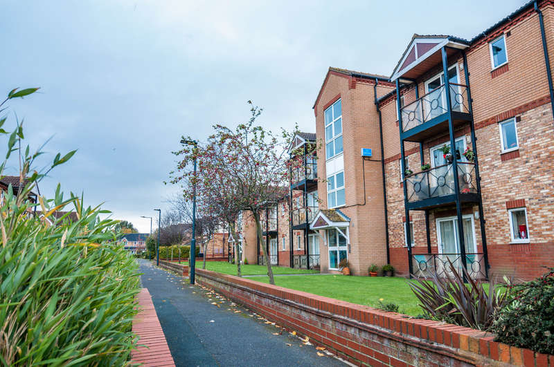 2 Bedrooms Flat for sale in Roundhill Court, Doncaster