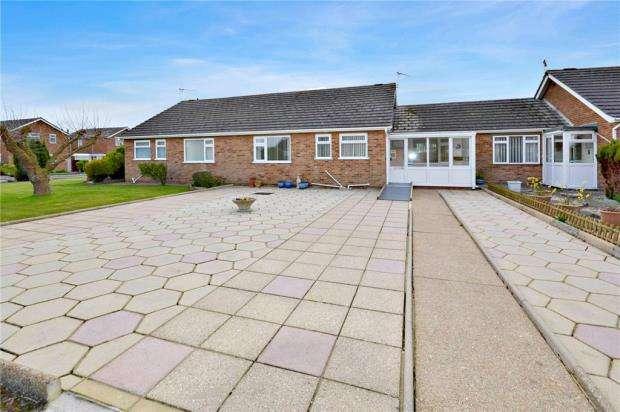 2 Bedrooms Bungalow for sale in Upperfield Drive, Felixstowe, Suffolk