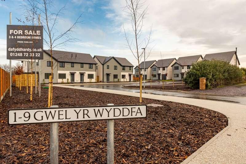 4 Bedrooms Detached House for sale in Gwel Yr Wyddfa, Llanfaelog, Ty Croes, LL63