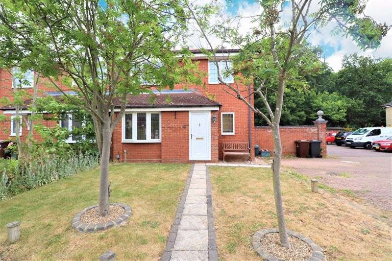 2 Bedrooms Property for sale in Wryneck Close, Colchester
