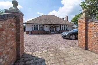 2 Bedrooms Detached Bungalow for sale in Hilltop Road, Northwich, Cheshire