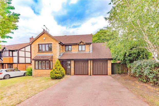 4 Bedrooms Detached House for sale in South Grove, Fleet, Hampshire