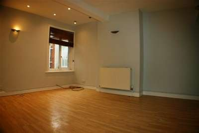 2 Bedrooms Flat for rent in Portsmouth Road, Woolston