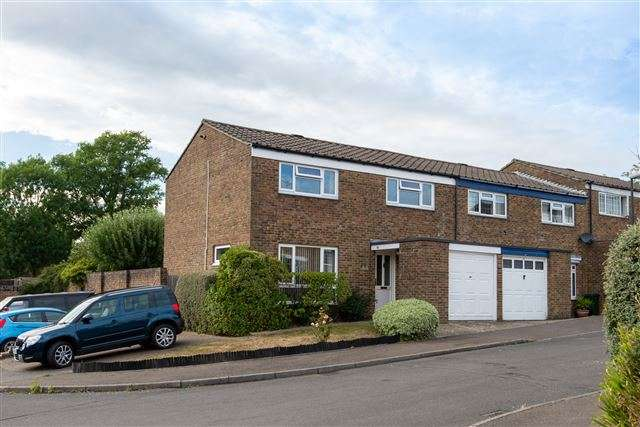 4 Bedrooms End Of Terrace House for sale in Swaledale Close, Southgate, Crawley