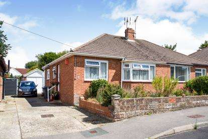 2 Bedrooms Bungalow for sale in Cowplain, Waterlooville, Hampshire