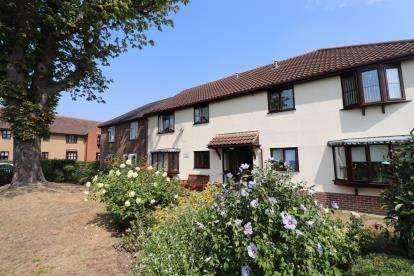 2 Bedrooms Flat for sale in Hilltop Close, Rayleigh, Essex