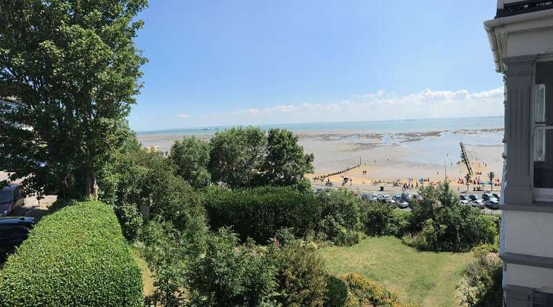 2 Bedrooms Flat for sale in San Remo Parade, Westcliff on Sea, Essex, SS0 7RD