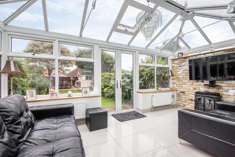 3 Bedrooms Semi Detached House for sale in Chester Avenue, Upminster, RM14 3JL