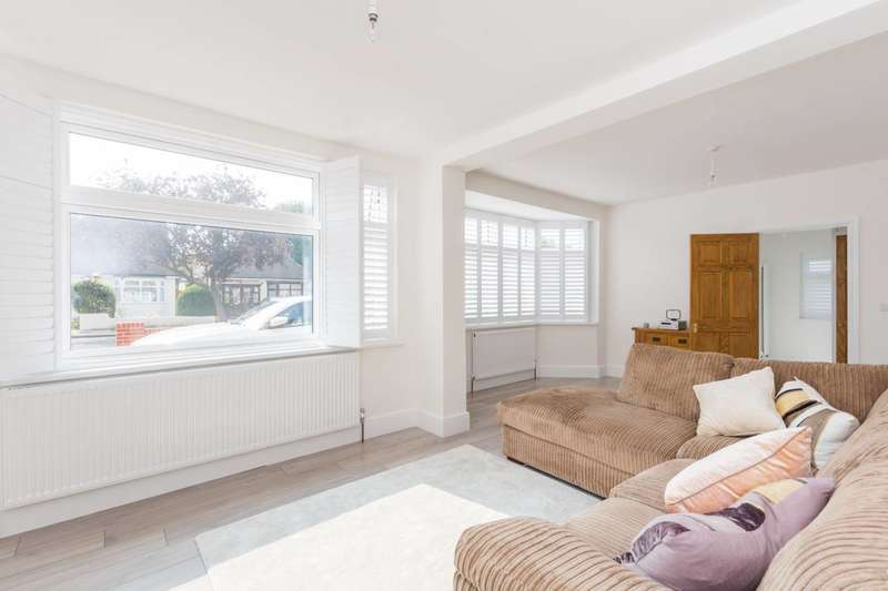 2 Bedrooms Bungalow for sale in Marlborough Drive, Ilford, IG5