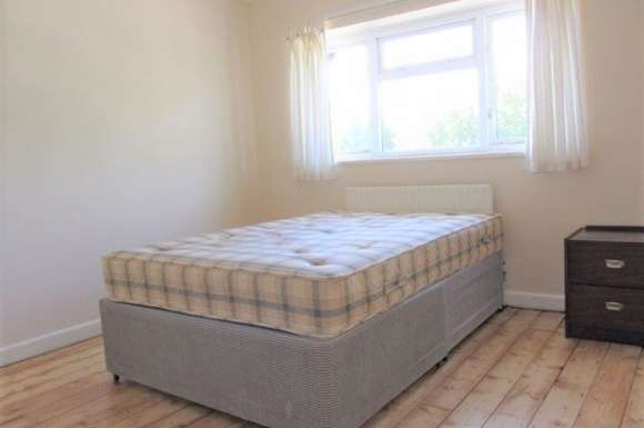 6 Bedrooms Property for rent in Larch Avenue.