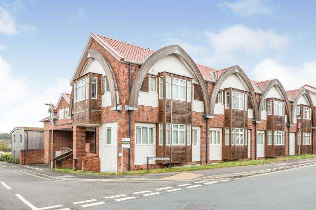 2 Bedrooms Flat for sale in Heathcote Road, Bordon, Hants