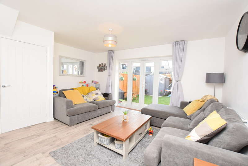 3 Bedrooms Semi Detached House for sale in Hadleigh Street, Kingsnorth