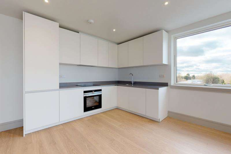 3 Bedrooms Flat for rent in St Johns Road, Isleworth, London, TW7 6NH