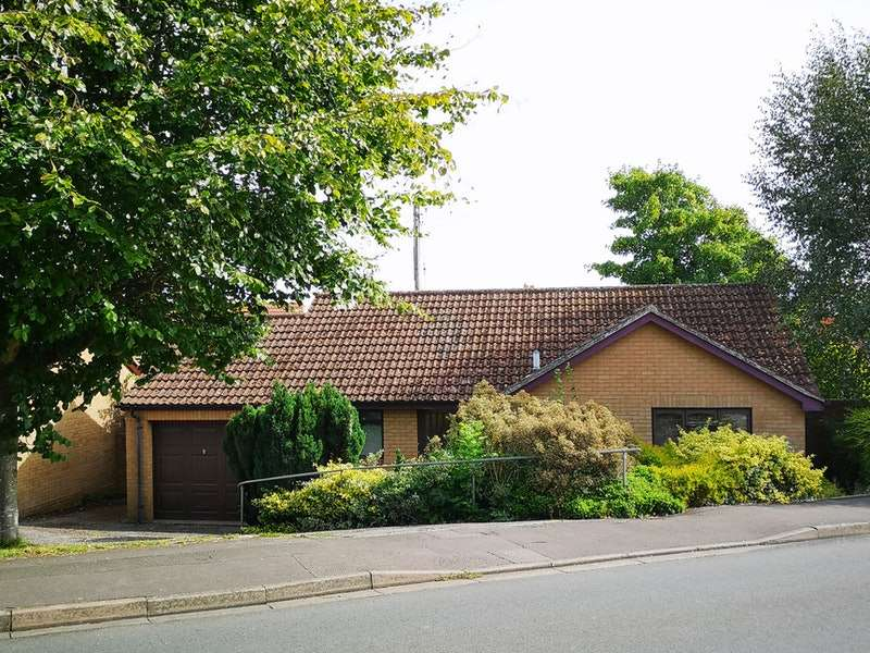2 Bedrooms Bungalow for sale in Manor Avenue, Dursley, Gloucestershire, GL11
