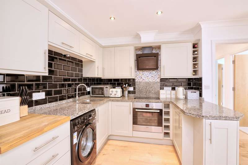 2 Bedrooms Ground Flat for sale in Battaleur Court, 117 Butts Green Road, Hornchurch, RM11 2LT