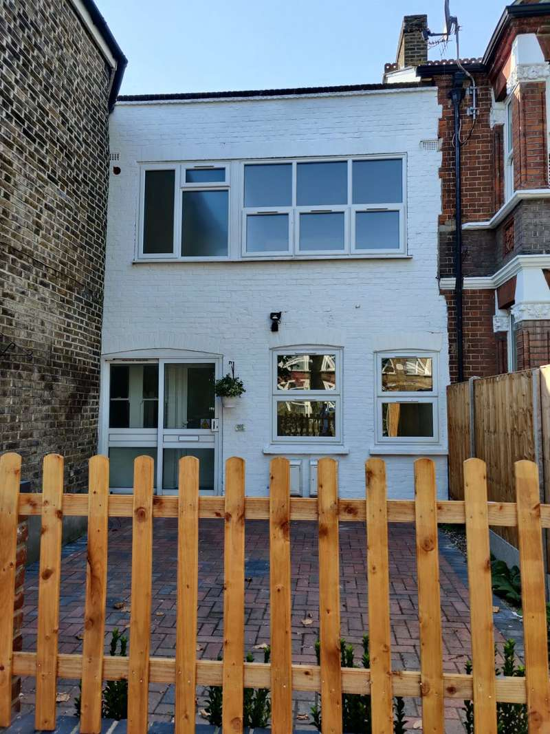 2 Bedrooms Apartment Flat for sale in Turners Hill, Cheshunt, WALTHAM CROSS, Hertfordshire, EN8