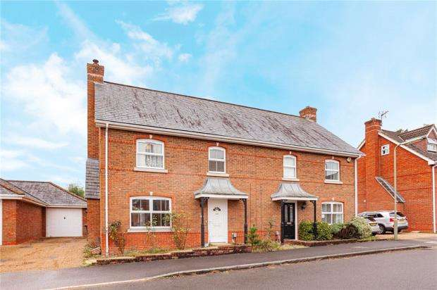 3 Bedrooms Semi Detached House for sale in Tunworth Close, Fleet