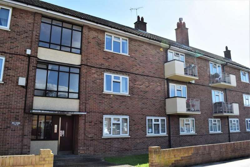 2 Bedrooms Flat for sale in Bell Avenue, Romford, RM3