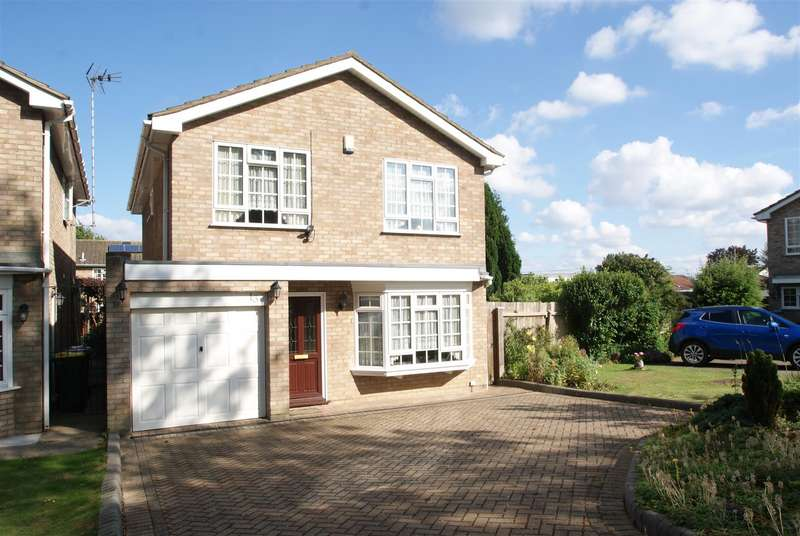 4 Bedrooms Detached House for sale in Byford Close, Rayleigh