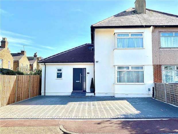 3 Bedrooms Semi Detached House for sale in Colchester Close, Southend-on-Sea, Essex