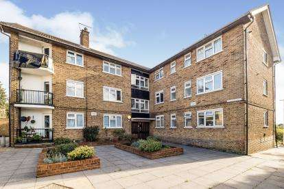3 Bedrooms Flat for sale in Vicarage Road, Woodford Green, Essex