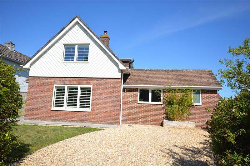 4 Bedrooms Detached House for sale in Priestlands Road, Pennington, Lymington, Hampshire, SO41