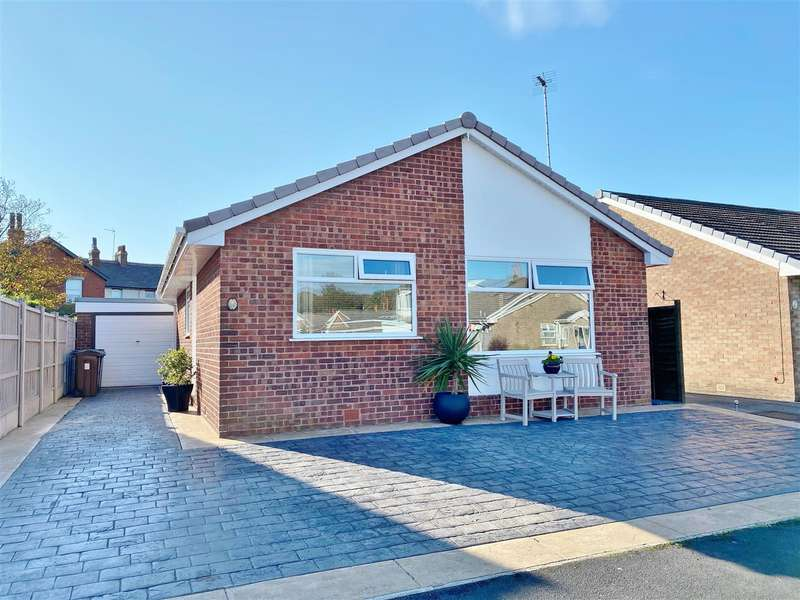 2 Bedrooms Detached Bungalow for sale in Pinewood Crescent, Lytham