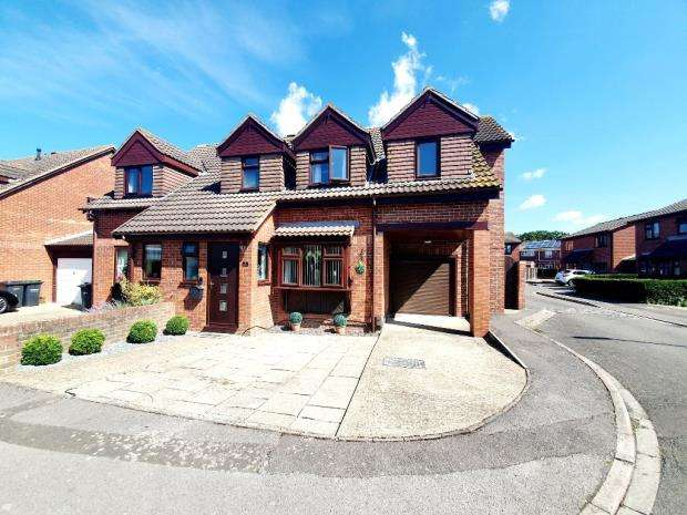 4 Bedrooms Semi Detached House for sale in Primrose Close, Gosport, Hampshire