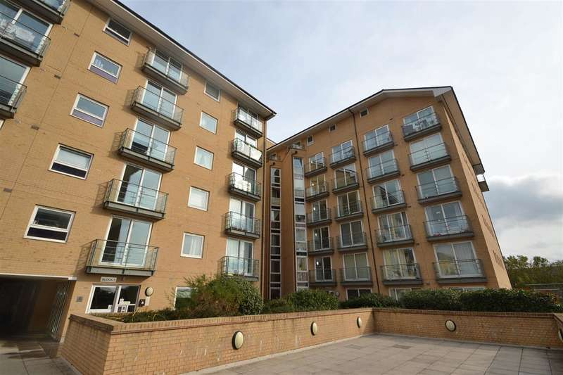 2 Bedrooms Apartment Flat for rent in Azalea House, Feltham