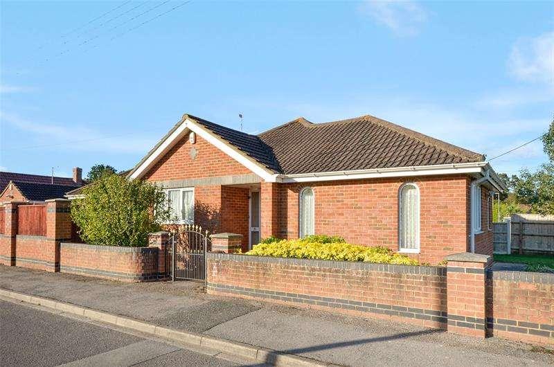 3 Bedrooms Bungalow for sale in Oakhurst Lane, West Moors, Ferndown, Dorset, BH22