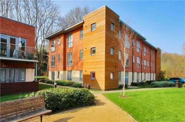 2 Bedrooms Flat for sale in Morewood Close, Sevenoaks, Kent
