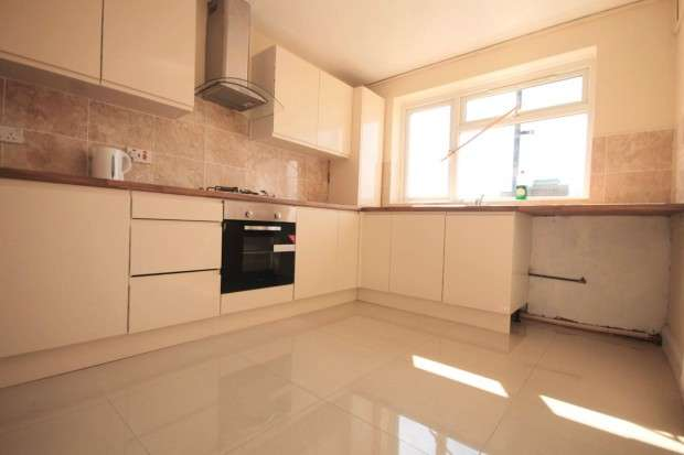 3 Bedrooms Flat for sale in Lodge Lane, Grays, RM17