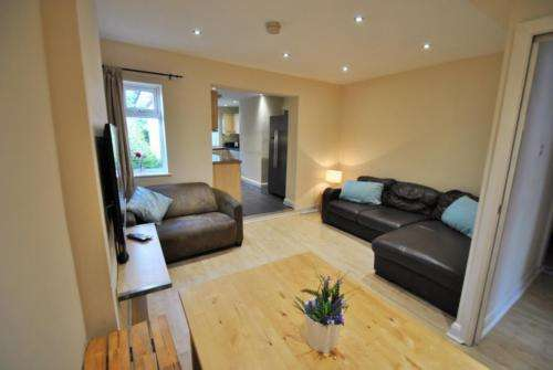 6 Bedrooms Semi Detached House for sale in Kingswood Road, Fallowfield, Manchester, M14 6RZ