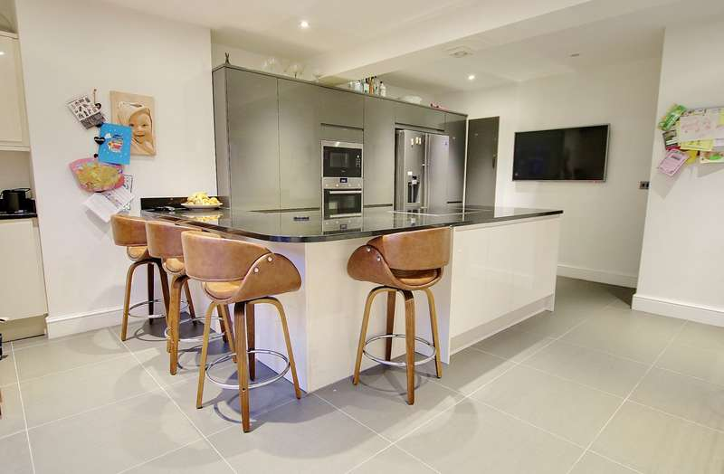 3 Bedrooms Semi Detached House for sale in WOW FACTOR KITCHEN! POPULAR LOCATION! IMPRESSIVE GARDEN!