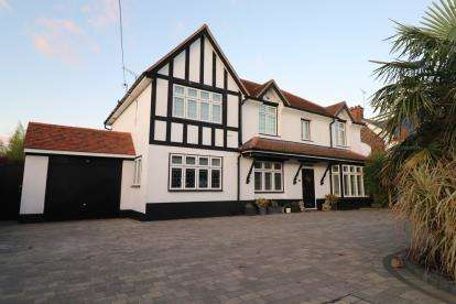 5 Bedrooms Detached House for sale in Hockley, Essex