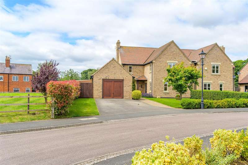 3 Bedrooms Semi Detached House for sale in Old Manor Gardens, Wymondham
