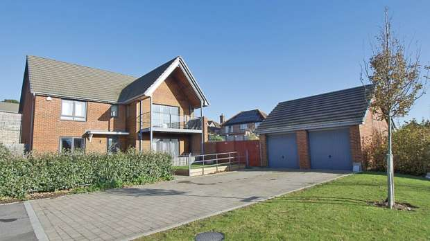 Detached House for sale in Portsea View, Havant, Hampshire, PO9 3FE