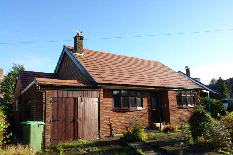 3 Bedrooms Detached Bungalow for sale in Manor Drive, Royton, Oldham