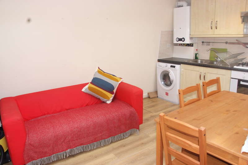 3 Bedrooms Flat for rent in Blandfield Road, London