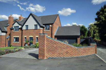 4 Bedrooms Detached House for sale in Willows Lane, Atherstone