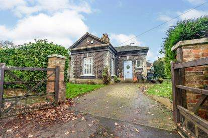 3 Bedrooms Bungalow for sale in Stockwood Park, Luton, Bedfordshire, England