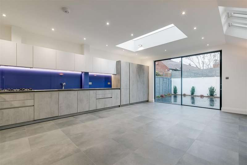 4 Bedrooms Terraced House for rent in Glebe Street, London