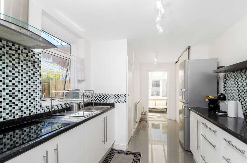 3 Bedrooms Terraced House for rent in Morgan Road, Bromley, Kent, BR1