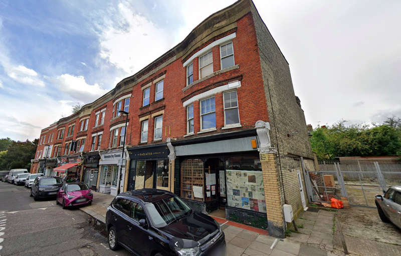 3 Bedrooms Maisonette Flat for rent in Crescent Road, London