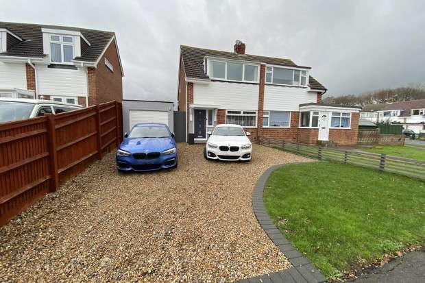 2 Bedrooms Semi Detached House for sale in Greenleaf Gardens, Polegate, BN26