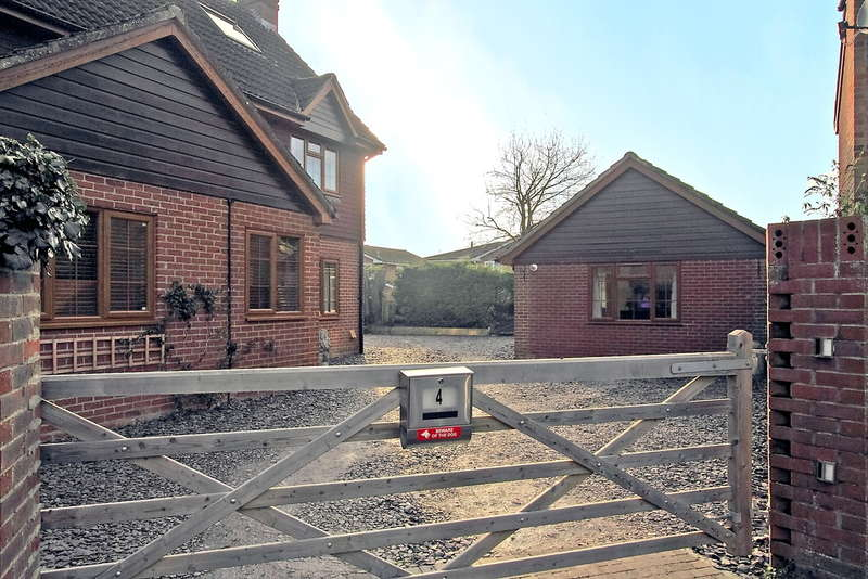 6 Bedrooms Detached House for sale in The Greenaways, Oakley