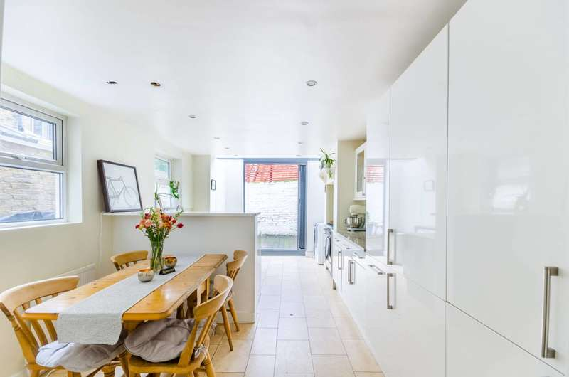 5 Bedrooms Terraced House for sale in Aliwal Road, Between the Commons, SW11